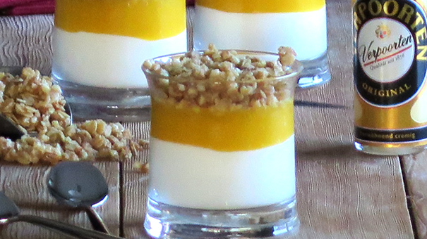 pfirsich joghurt dessert mit eierlik r und knusperflocken. Black Bedroom Furniture Sets. Home Design Ideas