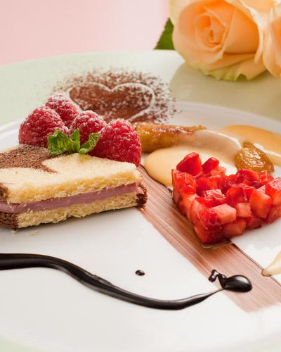 kuchen desserts mit erdbeeren und eierlik r in herzform nachtisch mit eierlik r verpoorten. Black Bedroom Furniture Sets. Home Design Ideas
