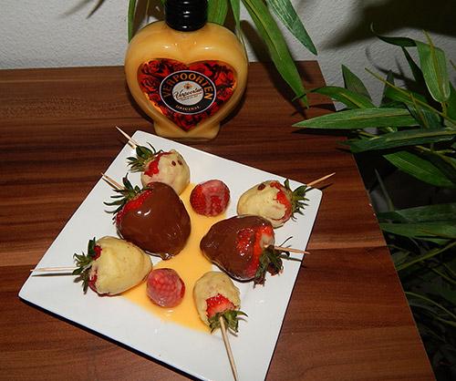 fruchtspie e mit lik r 39 39 lecker erdbeeren mit cremig zarter eierlik r schokolade 39 39 nachtisch. Black Bedroom Furniture Sets. Home Design Ideas