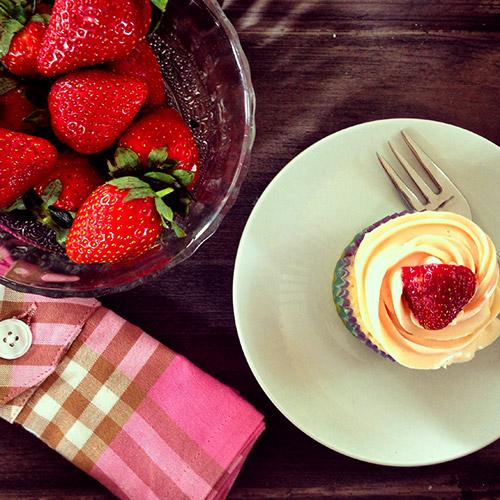 erdbeer vanille eierlik r cupcakes mit frischk se frosting kuchenrezepte mit eierlik r. Black Bedroom Furniture Sets. Home Design Ideas