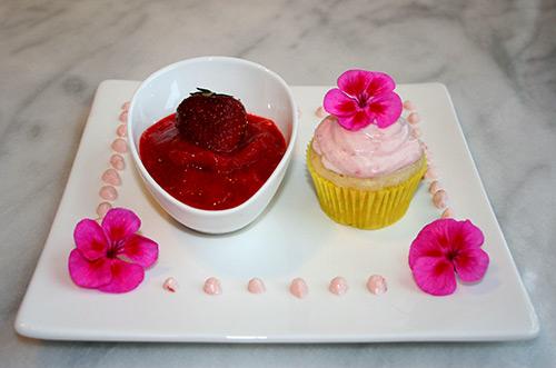 erdbeer holunderbl ten sorbet und eierlik r cupcake mit erdbeer creme nachtisch mit eierlik r. Black Bedroom Furniture Sets. Home Design Ideas