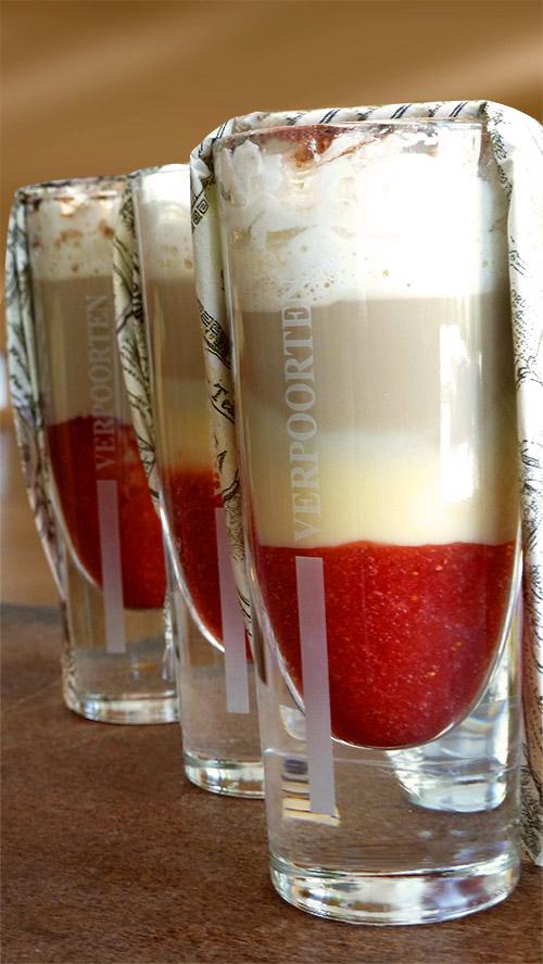 eiskaffee mit erdbeeren und lecker eierlik r cocktails und longdrinks mit eierlik r verpoorten. Black Bedroom Furniture Sets. Home Design Ideas