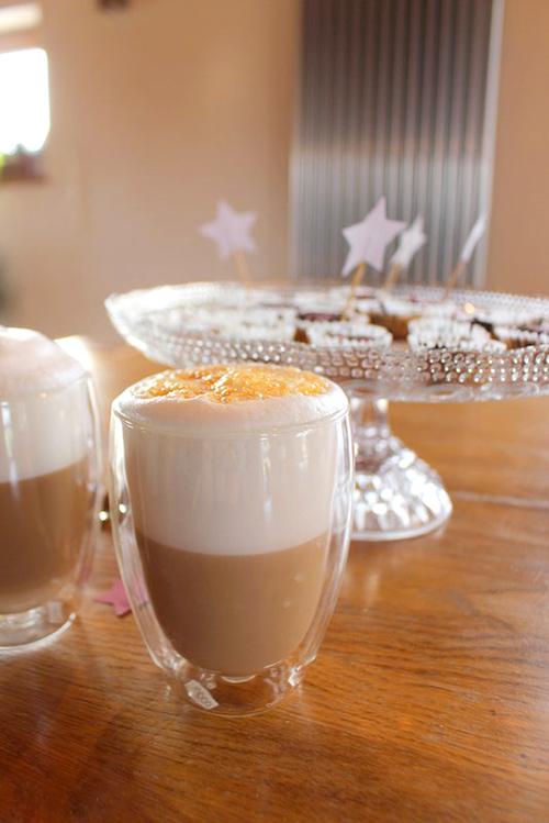 gl cklich mach latte mit verpoorten original eierlik r cocktails und longdrinks mit eierlik r. Black Bedroom Furniture Sets. Home Design Ideas