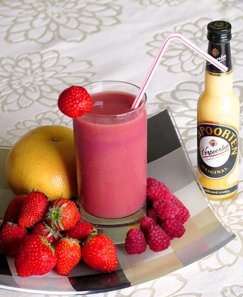 smoothie mit himbeeren erdbeeren und grapefruit cocktails und longdrinks mit eierlik r. Black Bedroom Furniture Sets. Home Design Ideas