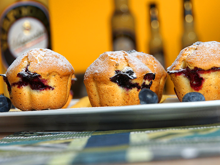 blaubeer muffins rezept mit dem gelben klassiker kuchenrezepte mit eierlik r verpoorten. Black Bedroom Furniture Sets. Home Design Ideas